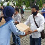 Penyerahan bantuan paket Sembako kepada Ketua DPD Organda Sumut Haposan Sialagan di halaman kantor Dinas Perhubungan Sumut Jalan Imam Bonjol Nomor 61, Jumat (15/5/2020).