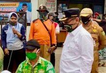 Plt Walikota Medan, Akhyar Nasution saat menyalurkan bantuan Pemko Medan.