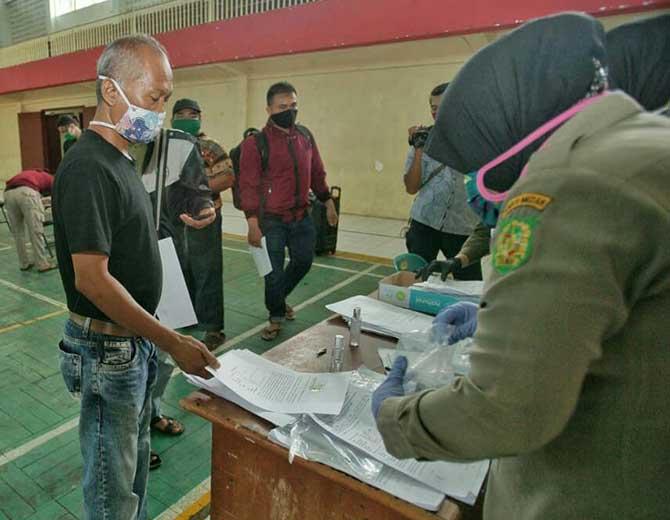 Warga Kota Medan mengambil KTP yang disita Personil Satpol PP Kota Medan karena tidak menggunakan masker saat razia beberapa hari lalu
