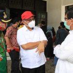 Plt Walikota Medan Akhyar Nasution (topi merah) berbincang dengan Kadis Sosial Kota Medan, Endar Sutan Lubis dan Kabag Tapem Setdako Medan, Rdiho Nasution (pakai batik), Jumat (8/5/2020). Pemko Medan berencana menyalurkan bantuan tahap II pekan depan.