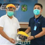 Plt Walikota Medan, Akhyar Nasution menerima helm APD dari Grup Capital.