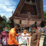 Penyaluran bantuan sembako Pemerintah Provinsi Sumatera Utara kepada warga Desa Marom Kecamatan Uluam Kabupaten Toba, Sabtu (07/06/2020).