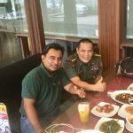 Letkol Czi Dr Safril Hidayat, PSC, MSc (kanan) bersama sahabat sejak SMA, M Yusuf Nasution, saat bertemu beberapa waktu lalu.