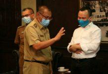 Plt Walikota Medan, Akhyar Nasution sedang berbincang dengan perwalian PT PLN Persero di Ruang Walikota, Senin (15/6/2020)