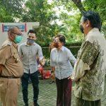 Akhyar Nasution berbincang dengan pengelola Viharra Borobudur di Jalan Imam Bonjol, Medan Maimoon, Selasa (16/6/2020)