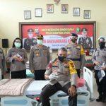 Kapolda Sumut Irjen Pol Martuani Sormin foto bersama usai mendonorkan darah di Aula Sat Brimob Polda Sumut Jalan KH Wahid Hasyim Medan.