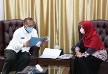Kepala BPS Kota Medan, Enny Nuryani Nasution ketika melaporkan hasil SP online kepada Plt Walikota Medan, Akhyar Nasution di Rumah Dinas Walikota, Jalan Sudirman Medan, Kamis (18/6/2020).