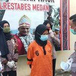 Kapolsek Medan Timur Kompol M Arifin (kanan) mengintrogasi tersangka TND.
