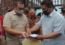 Massa Aliansi Mahasiswa Anti Korupsi (AMK) Sumut saat melakukan aksi unjuk rasa di kantor Kejaksaan Tinggi Sumatera Utara.