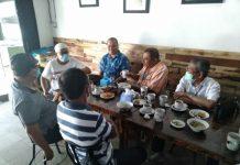mantan Gubsu, Syamsul Arifin, mantan Sekda Pemprovsu, RE Nainggolan, Muhyan Tambuse, dan lainnya saat nongkrong di Kedai Ayah Jl Ringroad Medan.