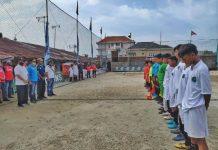 Pembukaan pertandingan sepakbola U-14 di Stadion Mini Soccer Batak United Jalan Titipapan Gang Rezeki No 10, Kelurahan Sei Sikambing D Kecamatan Medan Petisah.