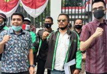Anggota DPRD Medan, Afif Abdillah (kanan batik maroon) saat menerima pengemudi ojol di depan gedung Dewan.