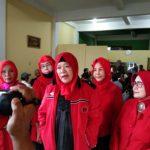 Kader senior PDI Perjuangan Sumut, Nurbety Silalahi usai melakukan pertemuan sesama kader senior PDI Perjuangan di Jalan HM Joni Medan, Jumat (14/8/2020).