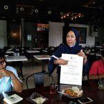 GM BPGKT Dr Wan Hidayati, menunjukkan copy sertifikat Toba Caldera Unesco Global Geopar kepada wartawan, Senin (17/8/2020)