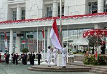 Penurunan Bendera Merah Putih di depan kantor Gubernur Sumut, Jalan Pangeran Diponegoro, Senin (17/8/2020).