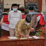 Sekda Kota Medan, Wiriya Alrahman menandatangani Nota KUA-PPAS P-APBD TA 2020 di Gedung DPRD Kota Medan, Selasa (18/8/2020).