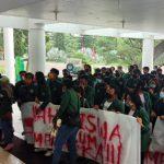 AMUM (Aliansi Mahasiswa USU Menuntut) berunjuk rasa menuntut pemotongan uang UKT di depan Kantor Rektorat USU, Selasa (18/8/2020).
