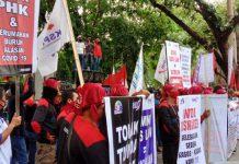 Ratusan Buruh gelar aksi di depan kantor DPRD Sumatera Utara (Sumut), Jalan Imam Bonjol, Selasa (25/8/2020).