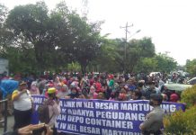 Aliansi Masyarakat Medan Utara Berdaulat (AMMUB) turun ke jalan protes perbaikan jalan yang rusak.