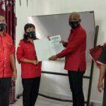 Penyerahan Surat Keputusan (SK) oleh DPC PDIP Kota Medan kepada empat Pelaksana Tugas (Plt) ketua PAC kota Medan.