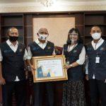 penghargaan dari Badan Pusat Statistik (BPS) diserahkan Kepala BPS Asahan, Minda Flora Ginting kepada Bupati Asahan, Surya di Ruang Kerja Bupati Asahan.