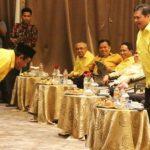 Amas Muda (kiri) dalam sebuah acara bersama Ketum DPP Partai Golkar Airlangga Hartarto (kanan)