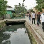 Plt Walikota Medan, Akhyar Nasution saat meninjau drainase yang mengalami pendangkalan.