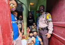 Fandi dan keluarganya saat menerima bantuan Kabaharkam Polri yang diserahkan Ketua Harian DPD KNPI Sumut dan Relawan Kamtibmas.