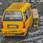 Angkutan Kota yang terkena banjir di Jalan Jawa Center.