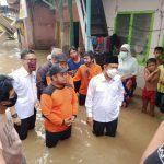 Calon Wakil Walikota Medan nomor urut 1, Salman Alfarisi saat meninjau banjir di Kampung Aur, Kota Medan, Rabu (30/9/2020).
