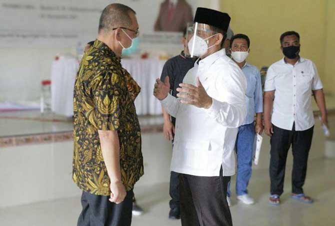 Plt Walikota Medan, Akhyar Nasution berbincang dengan Anggota DPR, Raden Syafii saat acara di Medan Marelan, Minggu (13/9/2020).