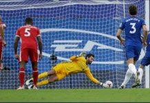 Kiper Liverpool memblok penalti Jorginho dalam laga di Stamford Bridge, Minggu dinihari. Liverpool menang 2-0.(int/kaldera)