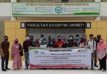 74 mahasiswa Fakultas Ekonomi Unimed saat foto bersama di di ruang Laboratorium Akuntansi gedung FE.
