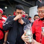 Bobby Nasution saat mencicipi bandrek deminar yang di produksi pelaku UMKM Medan Johor.