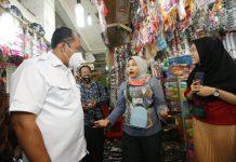 Calon Wakil Walikota Medan nomor urut 2, Aulia Rachman saat mengunjungi pusat pasar.