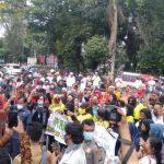 Aliansi Masyarakat Peduli Siantar (AMPS) melakukan aksi unjuk rasa di depan Balai Kota Siantar, Senin (26/10/2020).