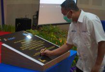 penandatanganan prasasti yang dilakukan oleh Kepala Badan Pengembangan dan Pembinaan Bahasa Kementerian Pendidikan dan Kebudayaan, E. Aminudin Aziz
