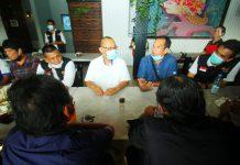 Akhyar Nasution saat ngopi bersama musisi Medan di Merdeka Walk, Jumat (30/10/2020).