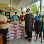 Ketua DPRD Provinsi Sumatera Utara Drs Baskami Ginting saat berikan paket bantuan dan masker di Panti Asuhan Alwasliyah Medan.