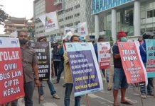Ratusan massa Federasi Serikat Pekerja Metal Indonesia (FSPMI)