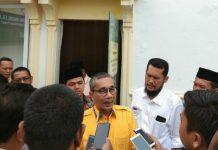 Yasir Ridho Lubis saat diwawancarai wartawan.