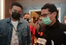 Wakil Ketua Dewan Pembina Partai Gerindra, Sandiaga Uno saat mengantarkan Bobby-Aulia ke lokasi Debat Pilkada.