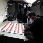 Komisioner KPU Medan, Rinaldi Khair sedang memeriksa suara - suara yang sedang dalam proses cetak.