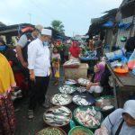 Calon Walikota Medan nomor urut 1, Akhyar Nasution saat Menyapa warga Pasar Kapuas.