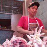 Pedagang ayam di Pasar Simpang Limun tengah memotong dagangannya. Harga ayam turun jelang Natal dan Tahun Baru.(mahardika/kaldera)