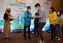 Aiyub Omar menyerahkan hadiah Malaysia Virtual Hunt 2020 kepada pemenang dari Medan di Hotel Santika Rabu lalu.