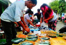 Pedagang ikan di Pasar Batang Kuis melayani pembeli, Sabtu (26/12/2020). Harga ikan merangkak naik jelang akhir tahun.(yudi manar/kaldera)