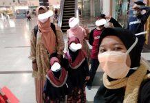 AH dan anak-anaknya berpose bersama Nasriati dari KKSP, saat tiba di Bandara Internasional Kualanamu, 31 Desember 2020. Kini AH sudah kembali pada keluarganya di Medan setelah diculik dan dijual ke Malaysia pada 2001.(ist/kaldera)