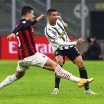Cristiano Ronaldo dibayangi pemain AC Milan dalam laga di San Siro, dinihari tadi. Juventus menang 1-3 atas Milan.(Photo by Marco Luzzani/Getty Images)