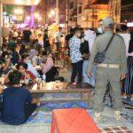 Personel Satpol PP Kota Medan tampak membubarkan para masyarakat yang tengah berkumpul di warung angkringan sepanjang Jalan Ahmad Yani Medan, Sabtu malam (23/1/2021).